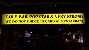 Doslovný překlad: Golf bar koktejly velmi silný. Nekontrolujeme občanky a restaurace