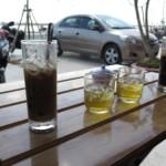 Po stranách Ca Phe den, uprostřed ledový čaj