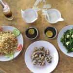 Fried rice s krabem, mušle a spařená morning glory s česnekem
