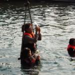 Asiatky s mobilama ve vodě, na pěst