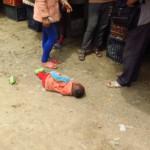 Tohle byla taková sranda. Dítě se válelo v prachu a brečelo a okolo stály tři ženský a smály se tomu. Pak ho teda maminka zvedla (za ruku do vzduchu).