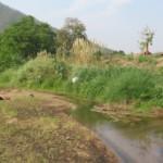 V pravo horký pramen z gejzíru, vlevo řeka
