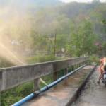Prasklý potrubí dělá super rozprašovač, když je ve stínu 35°C