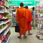 Buddhističtí mniši v Tescu?
