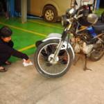 Zase nám nějaká pani opravuje motorku