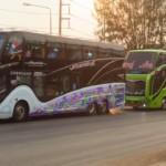 V Thajsku maj krásný autobusy. Mají osvětlenej motorovej prostor barevnýma ledkama