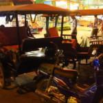 Nejnebezpečnější způsob hromadný dopravy, co jsem v Asii zatím viděl. Motorka a za ní vozík pro (až) 6 lidí