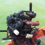 Tohle je super, atmosférický naftový motor z auta, který má na hřídeli lodní šroub